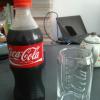 コーラをグラスに注ぐ前。