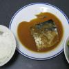 鯖の味噌煮とシーザーサラダ。シーザーサラダは楽に作れるもんだね。