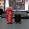 コーラを飲む。