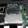コピー完了したSSDをHDDと交換へ。PCの裏蓋をパカっと開いてHDDを外す