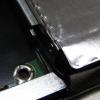 HDD側面には2箇所ネジが止まっている。このネジを外して枠を外す。