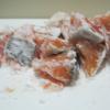 鮭を一口大に切る。