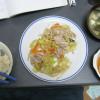 野菜を炒めて、醤油とかで食べる。味噌汁も昨日の残り。